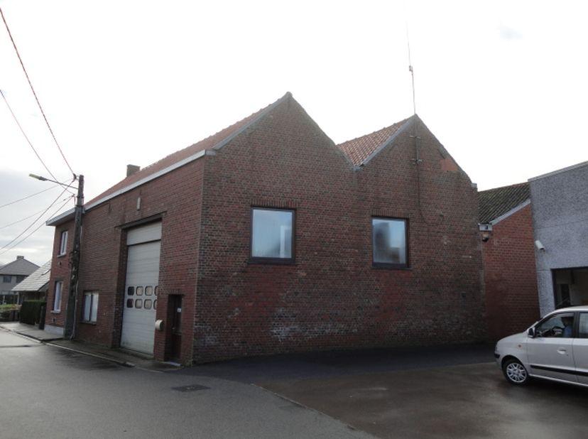 Magazijn met burelen:<br /> Deze opslagplaats met ev. kantoor met opp. 450m2 ( zonder opp verdiepingsvloeren) is gelegen aan de Magerstraat 77  te St-