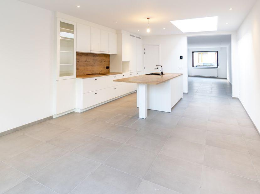 Deze volledig gerenoveerde en instapklare woning met zonneterras, gezellige stadstuin en ruime garagebox met extra staanplaats, bevindt zich op een to