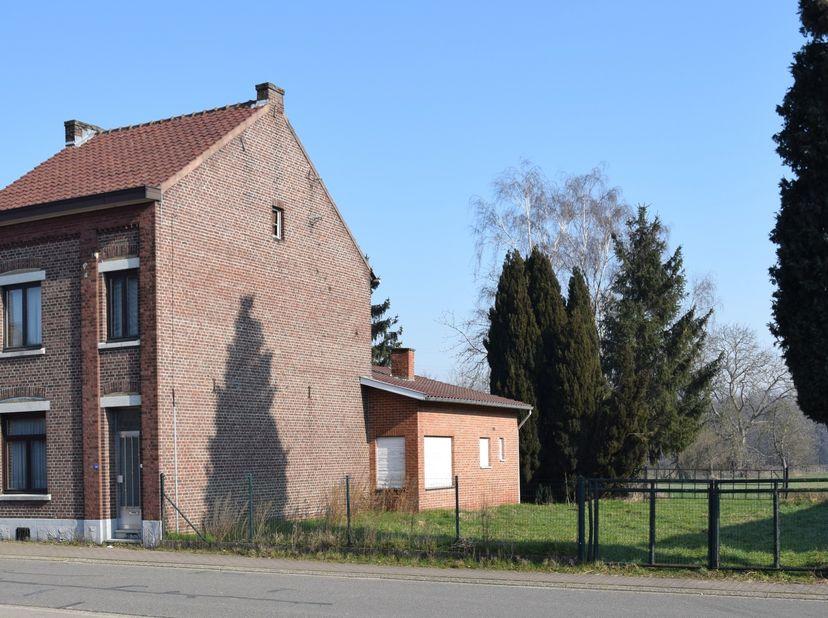 Vierkantshoeve te Gellik, met stallen en aanliggende weide.<br /> <br /> De vierkantshoeve is gelegen aan de rand van het Belgische dorpje Gellik, vla