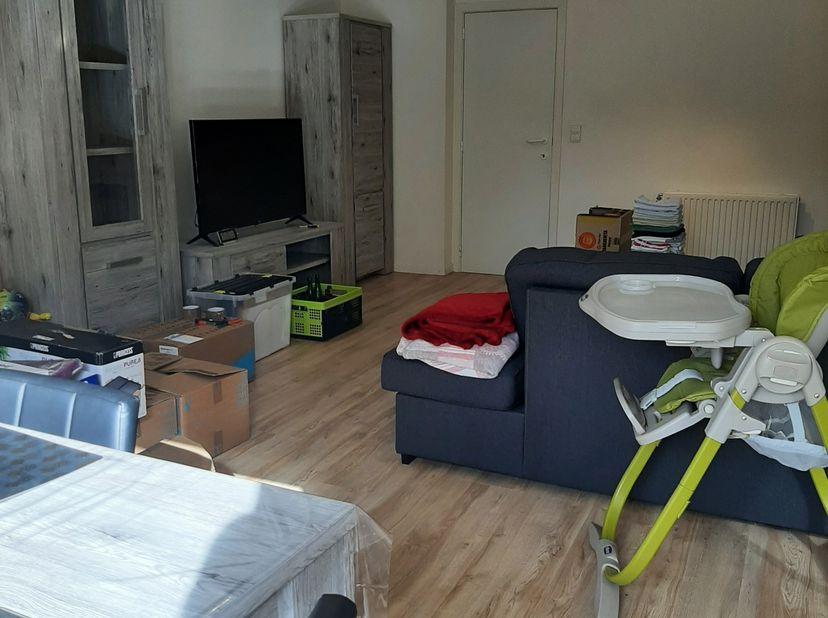 Duplex appartement op de 2de verdieping, met woonkamer, open ingerichte keuken, 2 slaapkamers, badkamer met ligbad en lavabomeubel, apart toilet, twee
