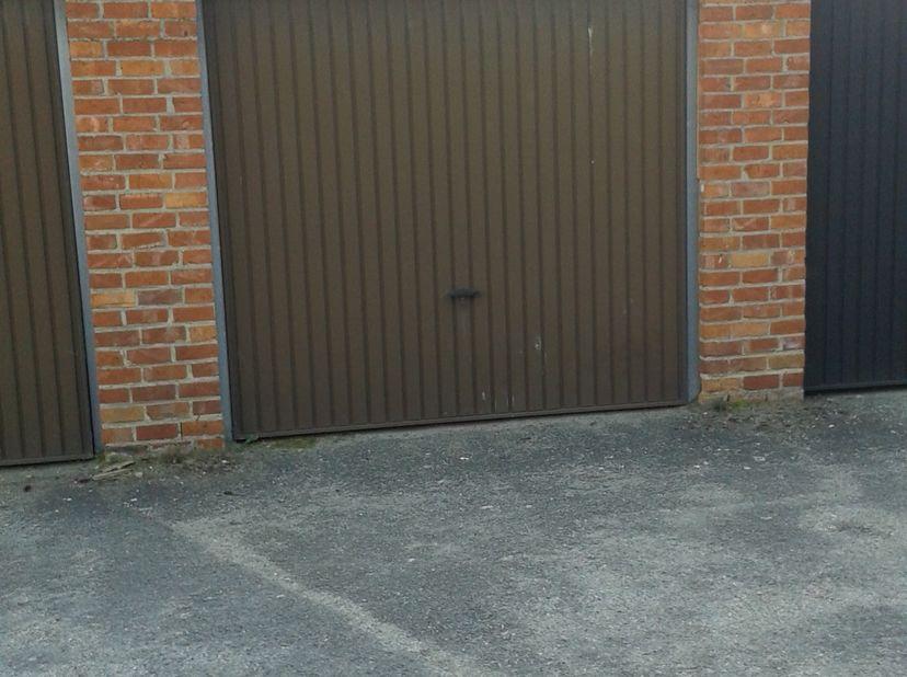 Garage te koop, gelegen in de Boomkensstraat tussen huisnummers 110-112.<br /> <br /> Afmetingen: Poort 2mB * 1,94H; binnen: 2,2 * 4,9<br />