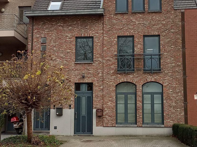 Duplex appartement in (Over)Pelt, net binnen de Ring, tegenover het Mariaziekenhuis. 150 m² vloeroppervlakte. 2 slaapkamers. Eigen ingang. Eigen garag