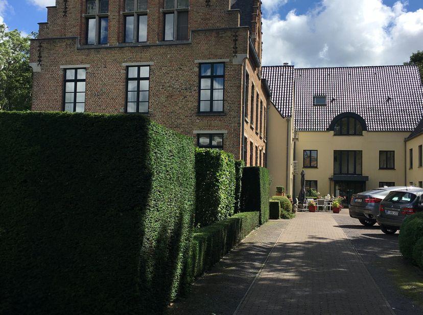 Service flat (vanaf 60+) op gelijkvloers met veel licht in prachtig en rustig domein met zeer grote tuin. Uitstekende dienstverlening en permanentie t