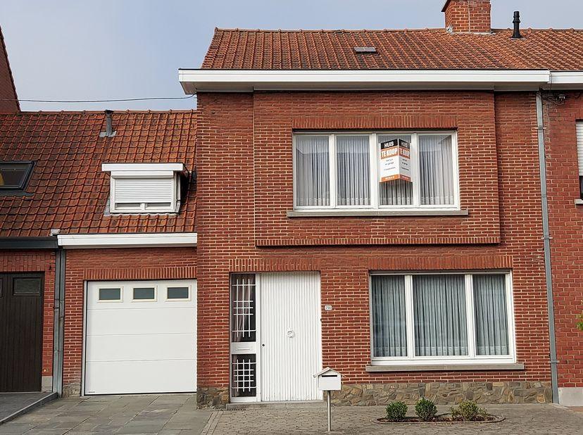 Ruime rijwoning te Izegem:  <br /> Op de benedenverdieping (zie plan bij de foto's)  inkomsthal, living, keuken, toilet en garage. Droge kelder. Op de
