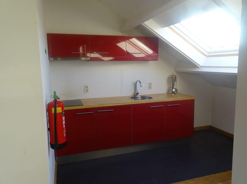 Te huur:<br /> Studio van 42 m2 op 2de verdiep van een gebouw in Eben-Emael, Rue Haute, 73/2.<br /> Als volgt samengesteld:<br /> - ingerichte keuken<