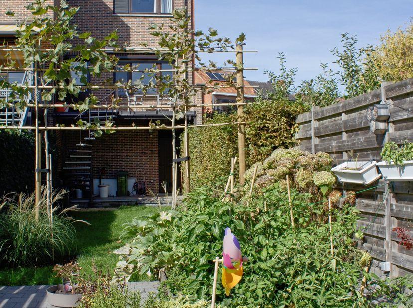 Instapklare ruime woning in uitstekende staat met veel lichtinval, garage, parkeerplaats en gezellige tuin in het centrum van Hasselt.<br /> <br /> Ge