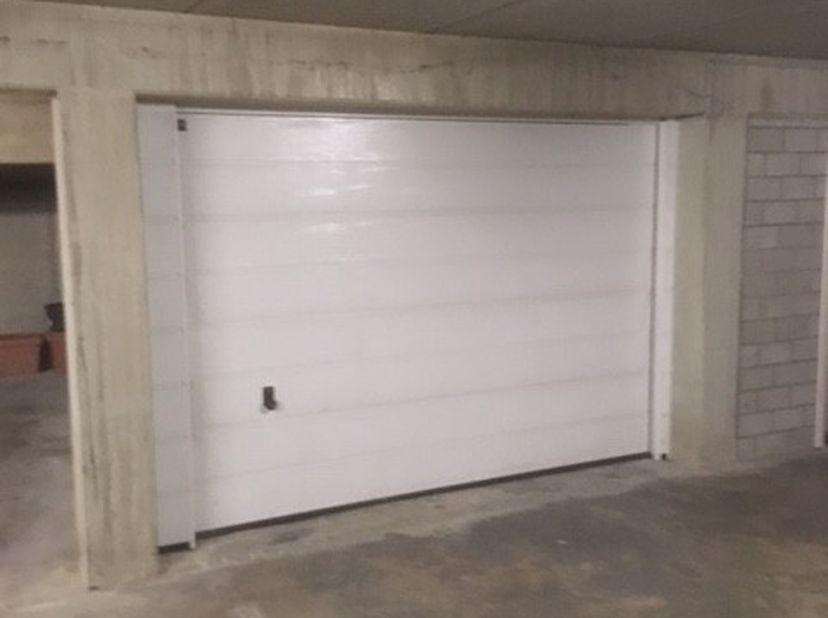 Dichte garage  met berging 60 € p./m<br /> Staanplaats 50 € p./m<br /> Gelegen in Den Ensor  Mudakkers 2/4Lommel<br /> Bevr. na 18.00 Uur 0476 50 83 7