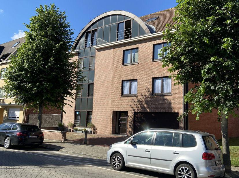 Bel appartement spacieux dans l'agréable Sint-Idesbald.<br /> <br /> Premier étage côté gauche - Total 105m2 - En excellent état - Résidence sympathiq