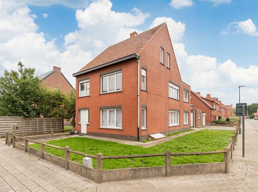 Appartementsgebouw te koop, opgedeeld als 2 appartementen te Sint-Lenaarts. <br /> Grondoppervlakte van ca. 364 m ², met 2 garageboxen. <br /> BI