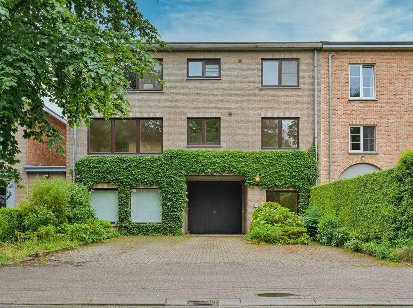 Dit goed gelegen 2 slaapkamer appartement aan de residentiële kant van de Villerslei heeft een rustige ligging met alle voordelen van een echte c