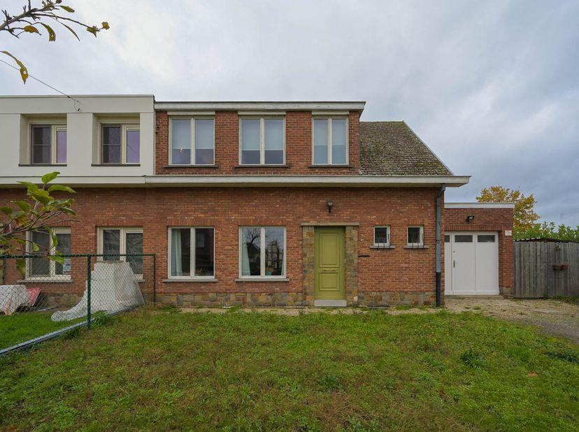 Deze halfopen woning met grote tuin ligt bij het centrum van Willebroek en is goed bereikbaar via A12.   <br /> Op het gelijkvloers bevindt zich de i