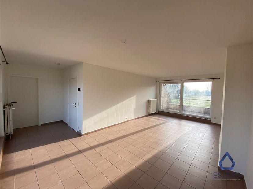 Lichtrijk duplex appartement met garage. Het appartement omvat een ruime inkomhal, een leefruimte, een keuken met aansluitend een berging, een afzonde