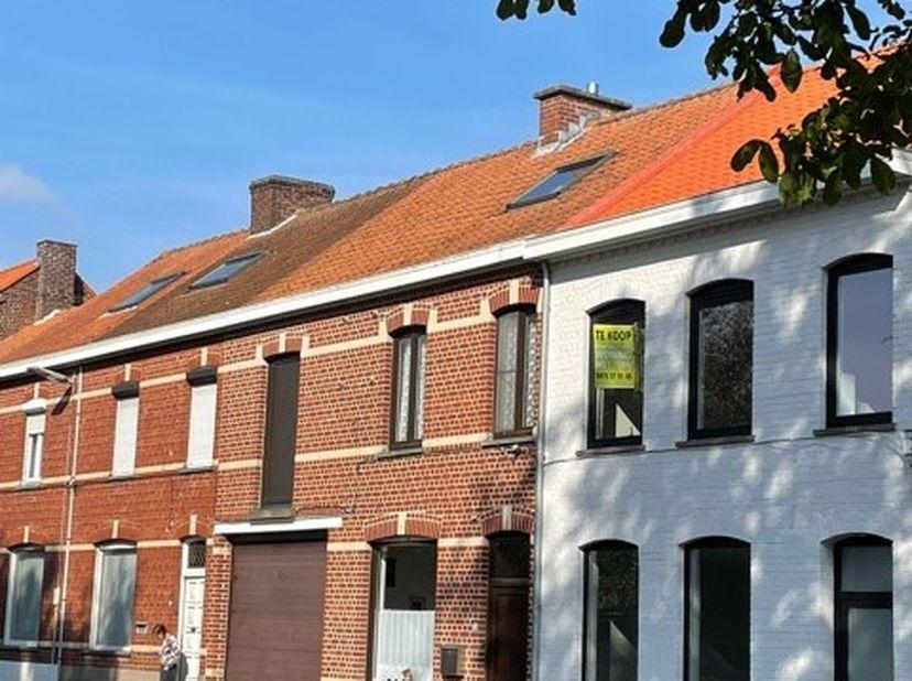 Voll gerenoveerde woning met  grote tuin, op wandelafstand van de Grote Markt. Deze woning werd volledig casco gezet en professioneel  verbouwd, voorz