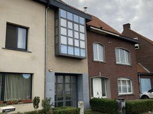 Af te werken woning te koop op de Steenweg op Oosthoven te Turnhout. De woning is aan de buitenkant reeds gerenoveerd, met name aan de voorgevel. Dak
