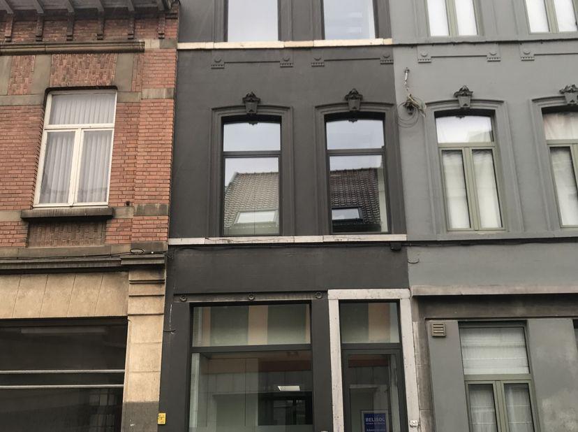 Volledig vernieuwde, moderne woning met tuintje en terras<br /> <br /> Deze hippe woning is gelegen in het centrum van Leuven, maar beschikt toch over