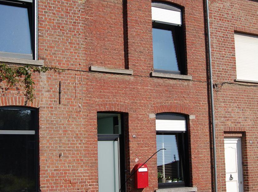 Deze lichtrijke gezinswoning met ruime tuin is gelegen in Kessel-Lo. Met een Mobiscore van 9,6/10, het station van Leuven op fietsafstand, de nabijhei