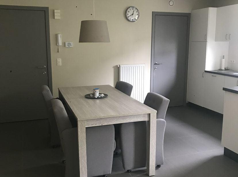 Recent gelijkvloers appartement met 2 privé tuintjes gelegen aan een rustige wijk dichtbij winkels, scholen, medisch centrum enzo.....<br />