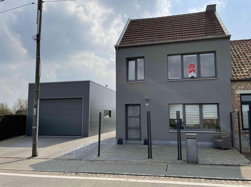 BIDDIT<br /> INSTAPKLARE WONING<br /> Met vrijstaande garage, terras en  tuin.<br /> - Glvs: hal met trap, living met open keuken, badkamer (1 wc, 2 l