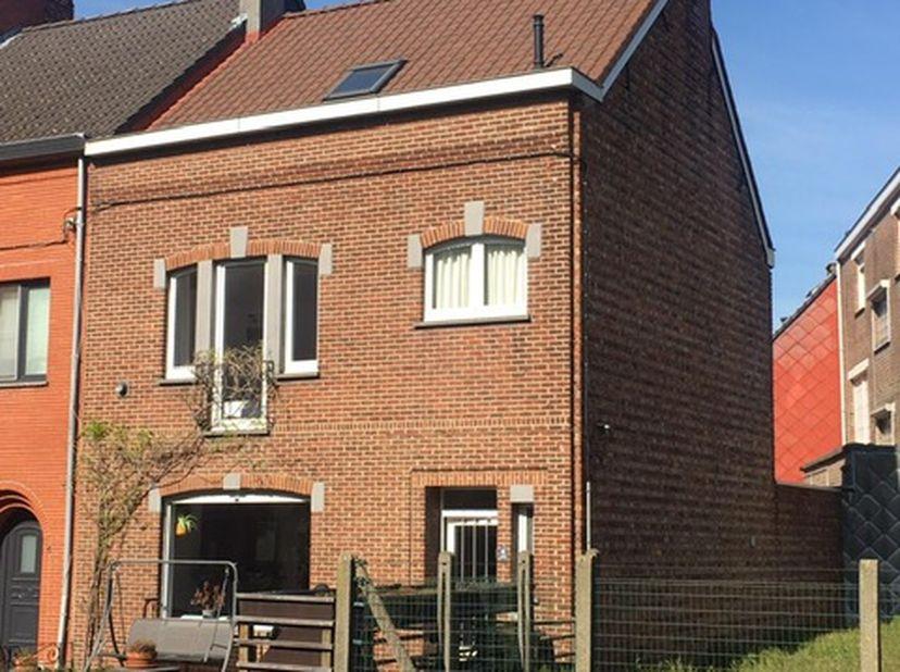 Ruime gezinswoning in rustige buurt te Sint-Amandsberg<br /> <br /> GEEN IMMOKANTOREN ! WE VERKOPEN PARTICULIER.<br /> <br /> De vermelde prijs is een