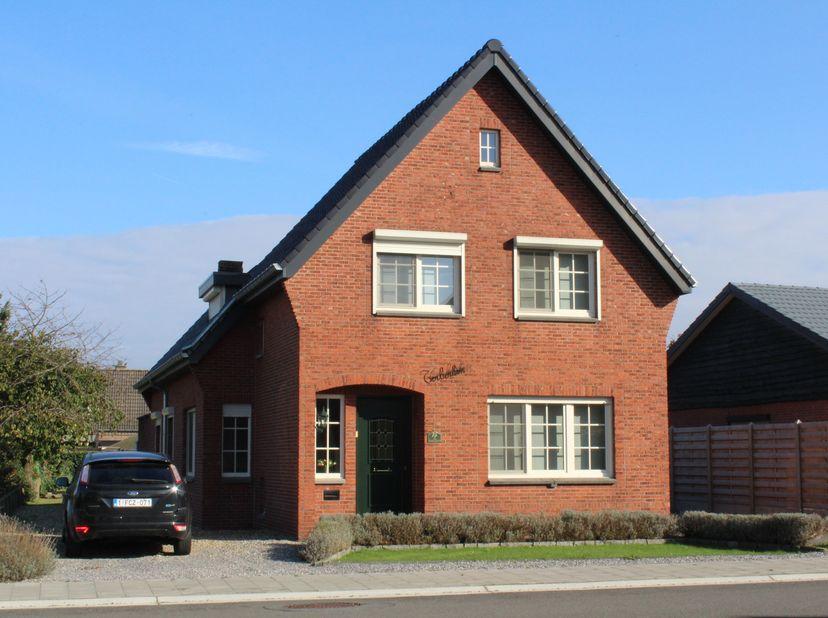 Deze uitstekend gelegen, goed onderhouden gezinswoning ligt op een mooi perceel van 7a95ca in Neerpelt. De woning werd de laatste jaren gedeeltelijk g