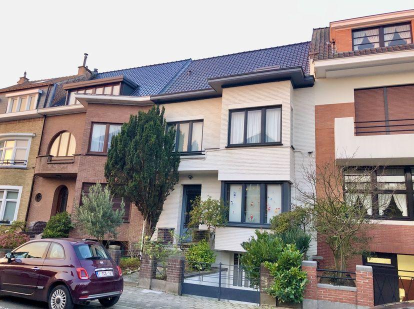 *** BIEN VENDU *** Sint-Agatha-Berchem – Prachtig huis uit de jaren 30, volledig gerenoveerd met 4 slaapkamers en zuidwest gerichte tuin<br /> <br />