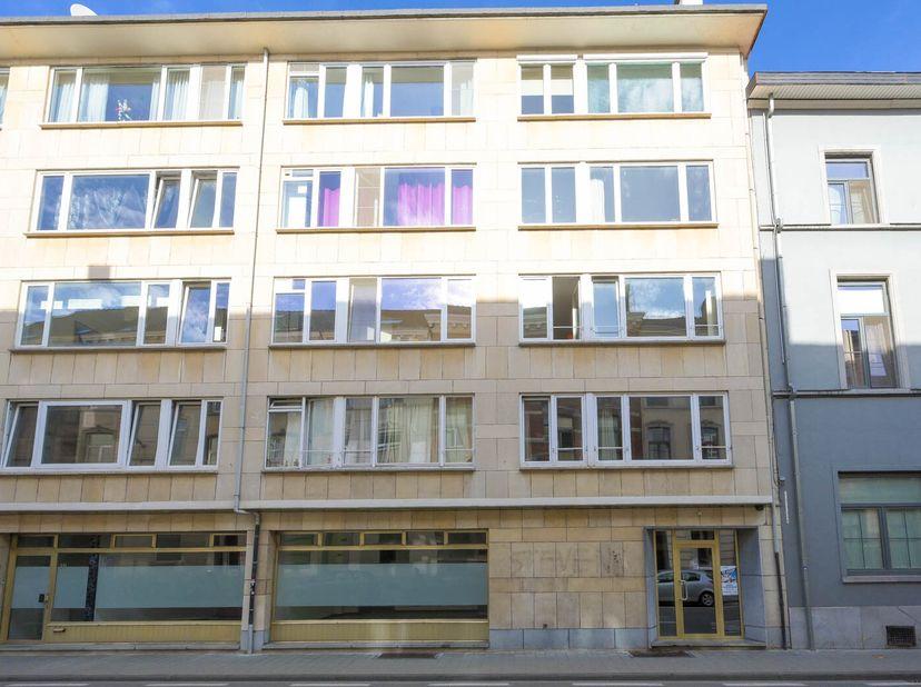 Een goed en centraal gelegen 3 kamer appartement met terrassen en kelder.  <br /> Het appartement is gelegen op de 5de verdieping en beschikt over een