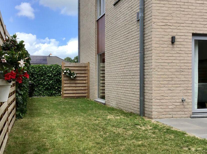 Halfopen bebouwing in kindvriendelijke woonwijk te Belzele. (Evergem)<br /> Deze instapklare woning heeft alle hedendaags comfort.<br /> Op het gelijk