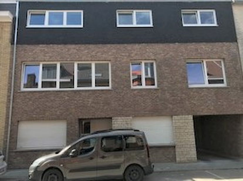 Zeer ruim appartement op 1ste verdieping.<br /> 12 m voorgevel en 12m diepte leefruimte<br /> Mobiscore = 8,5<br /> in korte nabijheid van stad, schoo