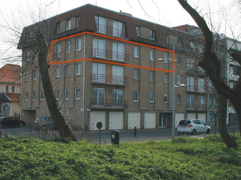 Hoekappartement  3de verdieping te huur (als hoofdverblijf).<br /> Ruim appartement in Bredene duinen, vlakbij strand, winkels en openbaar vervoer nab