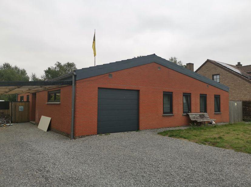 Rustig gelegen bungalow, in doodlopende straat, op wandelafstand van het centrum van Lommel.<br /> Carport, 4 slaapkamers, garage, berging, badkamer g
