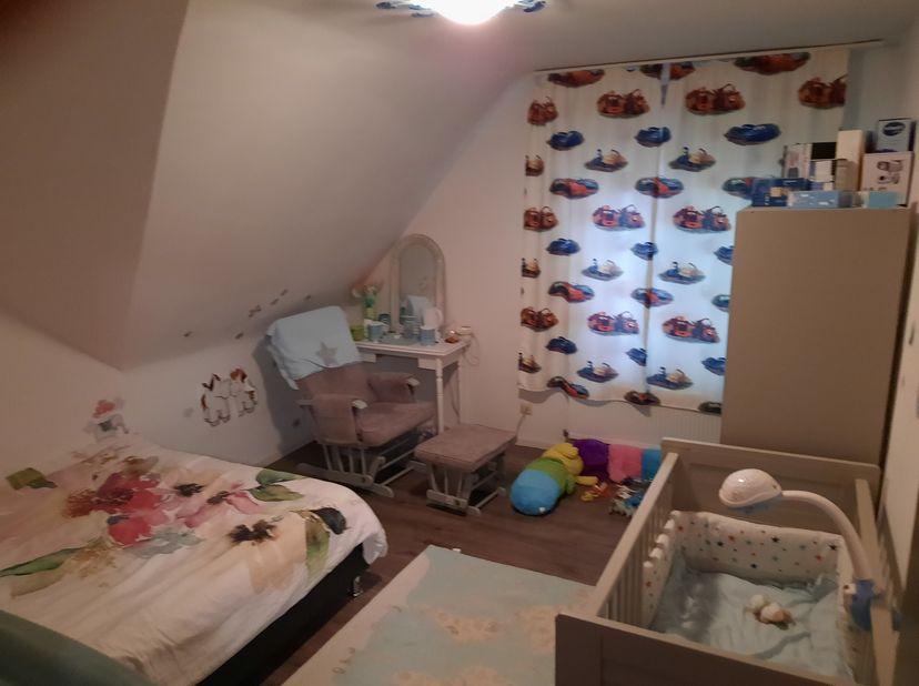 Huis te koop in Oud-Turnhout met 3 slaapkamers  ( mogelijk een vierde  slaapkamer met badkamer beneden of werkruimte).<br />  Boven  zijn er 3 slaapka