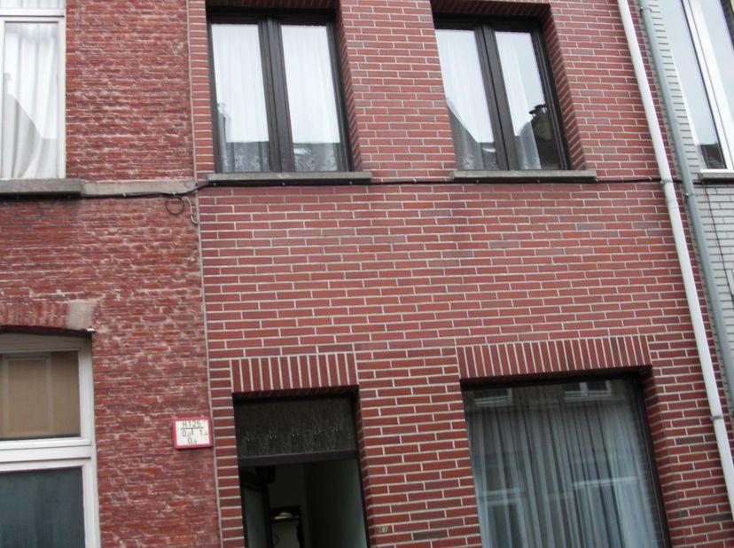 ONDER OPTIE<br /> Ruime gezinswoning met 5 slaapkamers en tuin met een nieuw terras.  Toplocatie: Gelegen in de wijk Mechelen-zuid dichtbij Plaisanceb