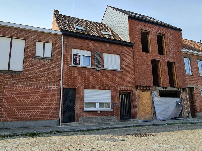 Woning centrum Waregem<br /> <br /> Nabij het centrum van Waregem ligt deze goed gebouwde gesloten bebouwing. Deze verbazend ruime woning bestaat op h