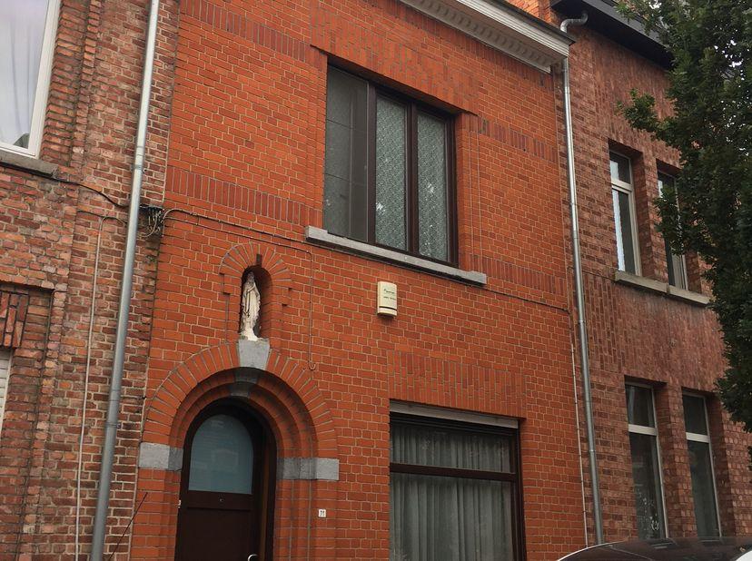 Deze mooie gezinswoning is ideaal gelegen in het centrum van Leuven. De woning  bestaat uit 4 volwaardige slaapkamers, een badkamer, een ruime living,