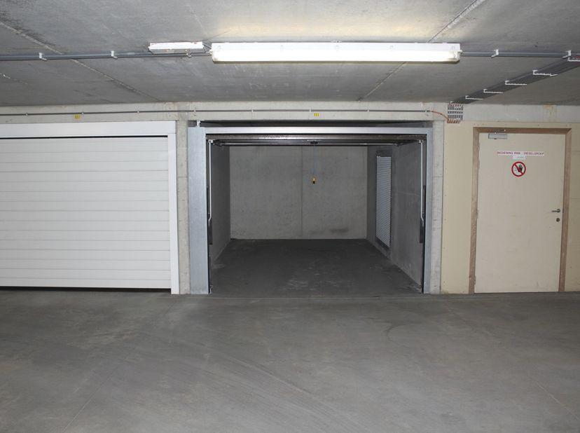 UITSTEKEND GELEGEN GARAGEBOX <br />    <br /> Verkoop volledig onder 21% BTW. <br />  <br /> In een appartementsgebouw genoemd residentie EVITA, g