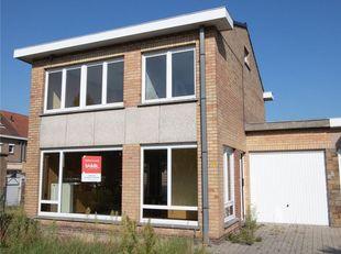 WELGELEGEN WONING<br /> Halfopen rustig gelegen woning met garage, tuin en tuinhuis gelegen in een rustige buurt bestaat uit: op het gelijkvloers: ink
