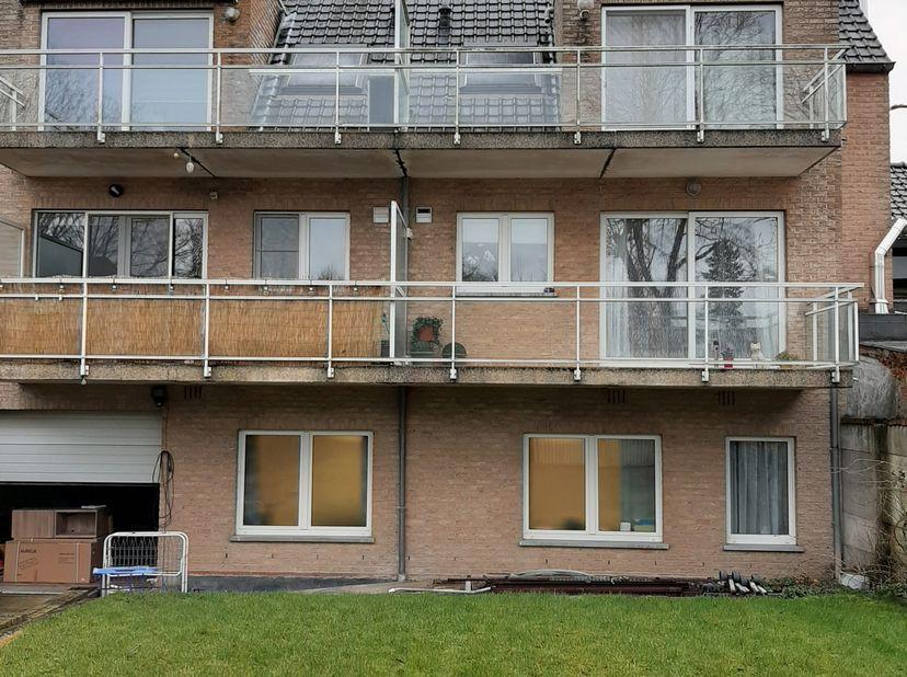 Duplexappartement op 2e en 3e verdieping van het gebouw (rechts op de foto). Grote living (30m²), met aansluitend terras gericht op ZW, open keuken ,