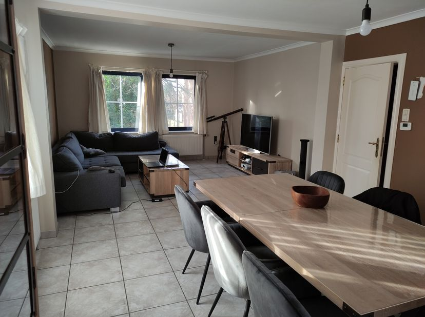 Zeer ruim appartement met grote lichtrijke woonruimte, en open ingerichte keuken, met keramische kookplaat, dampkap, koelkast, vaatwasser<br /> 2 slaa