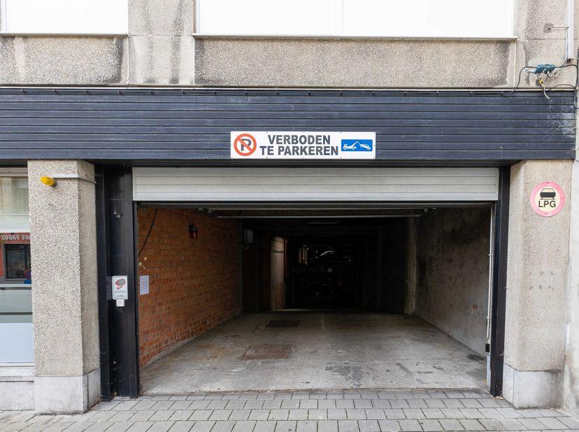 ONLINE OPENBARE VERKOPING VIA BIDDIT.BE: Ondergrondse autostaanplaats <br /> BESCHIKBAARHEID: na betaling koopprijs en kosten.  <br /> BEZICHTIGINGEN: