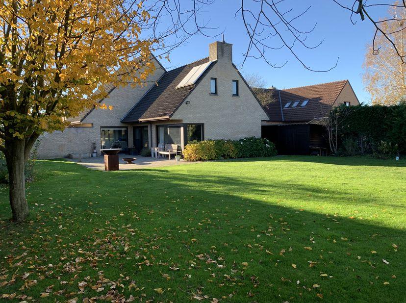 Ruime vrijstaande villa met grote tuin, in rustige en kindvriendelijke buurt, vlot bereikbaar. <br /> Ruime leefruimte met vol parket, ingebouwde kach