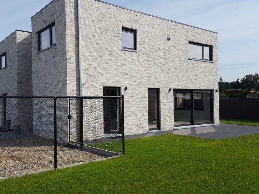 Zeer mooie moderne halfopen nieuwbouwwoning, luxe afwerking, lage energie kosten(zonnepanelen, vloerverwarming)<br /> indeling gelijkvloers; inkomhal,