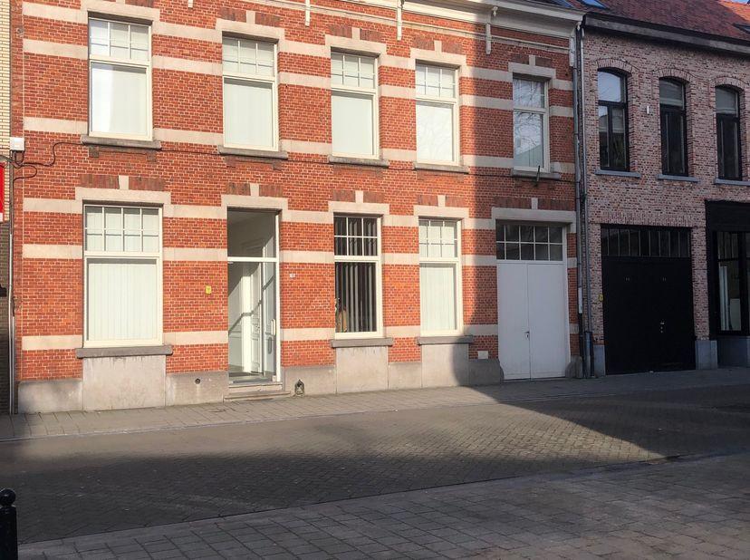Op het gelijkvloers van een gerenoveerd pand een studio met woonkamer, keuken, slaapruimte, douchekamer en toilet, gemeenschappelijke plaats voor fiet