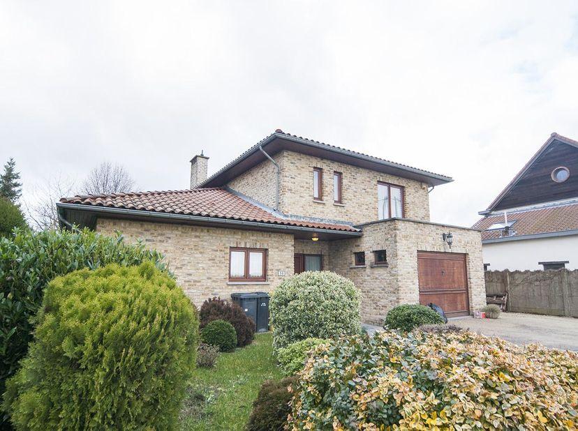 INSTAPKLARE VILLA MET TUIN<br /> Online openbare verkoop van een uitstekend gelegen villa met 5 slaapkamers en een grote zonnige tuin. De villa is ide