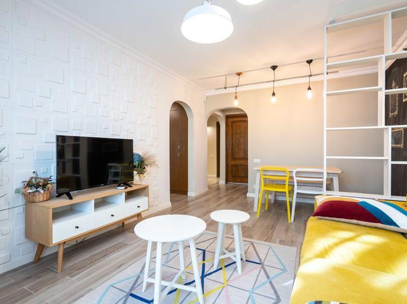 Prachtig 2 slaapkamer appartement met ruime living, ingerichte keuken. Er is bovendien ook een kelder aanwezig. <br /> Indeling: 2 slaapkamers, ruime