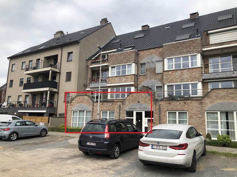 Mooi en ruim appartement van ca. 140 m2, gelegen in het centrum van Overpelt, op loopafstand van alle commerciële, sociale en culturele centra. Het ap