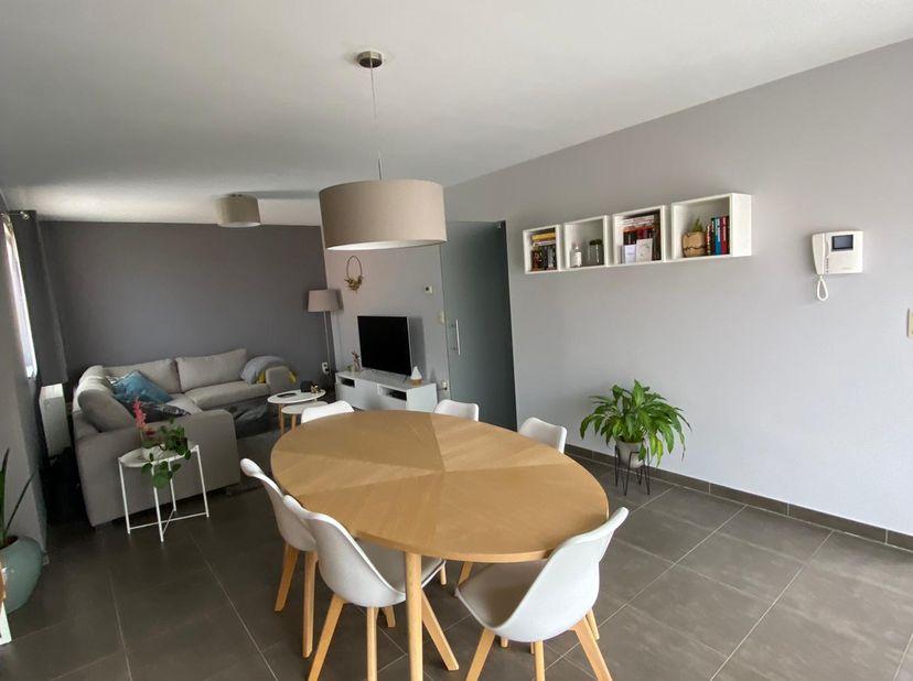 Mooi instapklaar duplex appartement gelegen op de tweede verdieping, dit met een gunstige ligging ten opzichte van het centrum van Tessenderlo en vlak