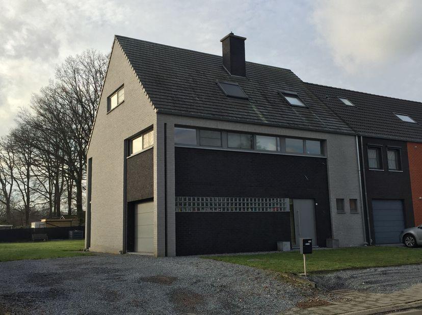 Ruime halfopen instapklare woning, gelegen te:<br /> 3550 Heusden-Zolder, Vlamingenlaan 41.<br /> Gelegen in rustige wijk, nabij oprit E314 en verkeer