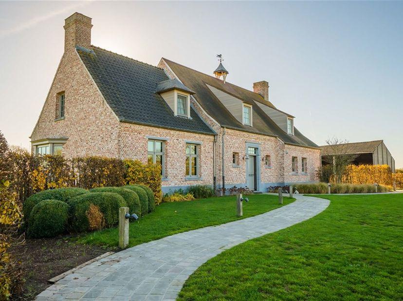 Luxueus landhuis met paardenaccommodatie op ca. 8,65 ha te Oostrozebeke