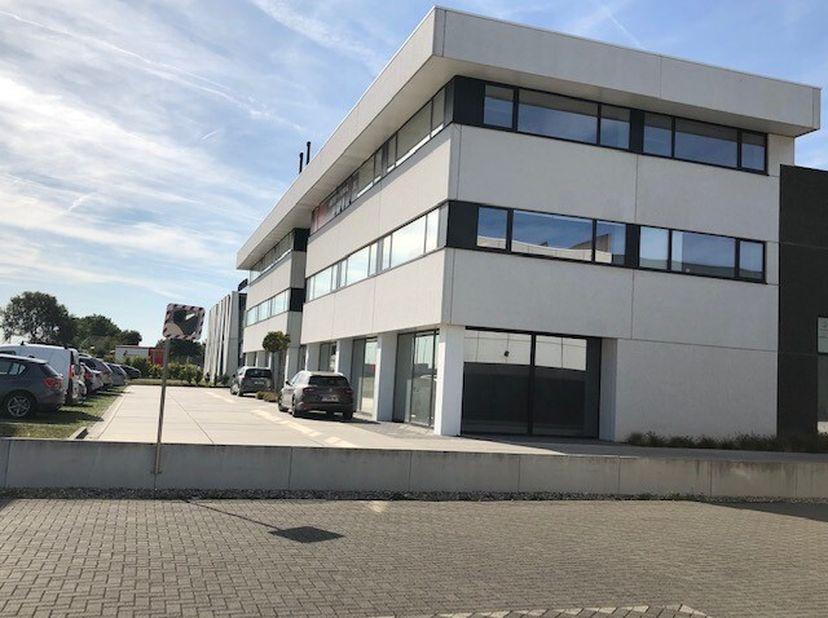 Prachtig kantoor gelegen aan de E17 in Zwijndrecht.<br /> Door het grote aantal ramen is er veel natuurlijk licht en kan de ruimte flexibel ingedeeld