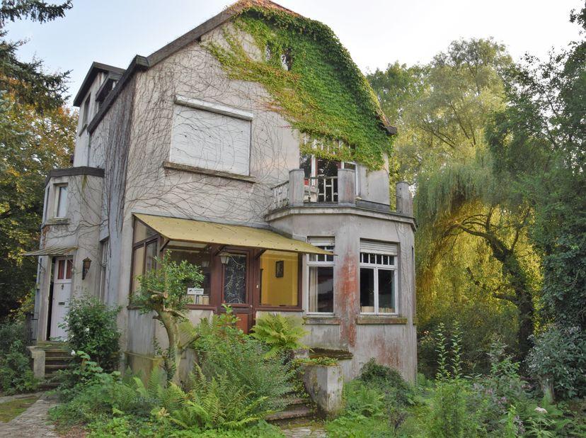 Exclusieve te renoveren karaktervolle villa met zicht op natuurgebied.<br /> Dit op wandelafstand van Gent-Sint-Pieters.<br /> Vanaf nu kan je zelf ee